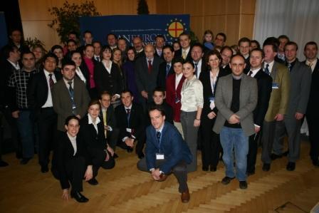 Teilnehmer der Konferenz mit dem Ehrenvorsitzenden der Paneuropa-Bewegung, Doktor Otto von Habsburg